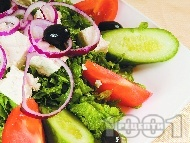 Рецепта Гръцка салата домати, краставици и маруля със сирене Фета